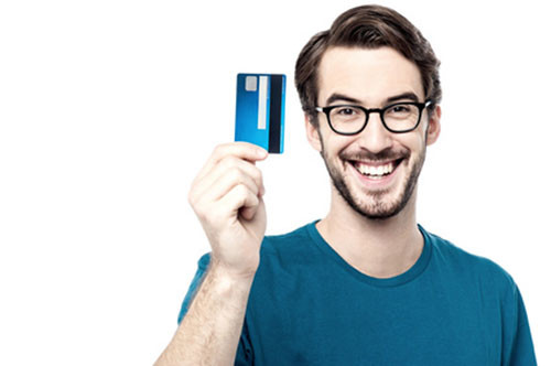 junger Mann hält Kreditkarte hoch