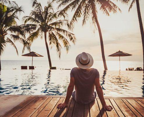 Urlauber am Hotel Pool